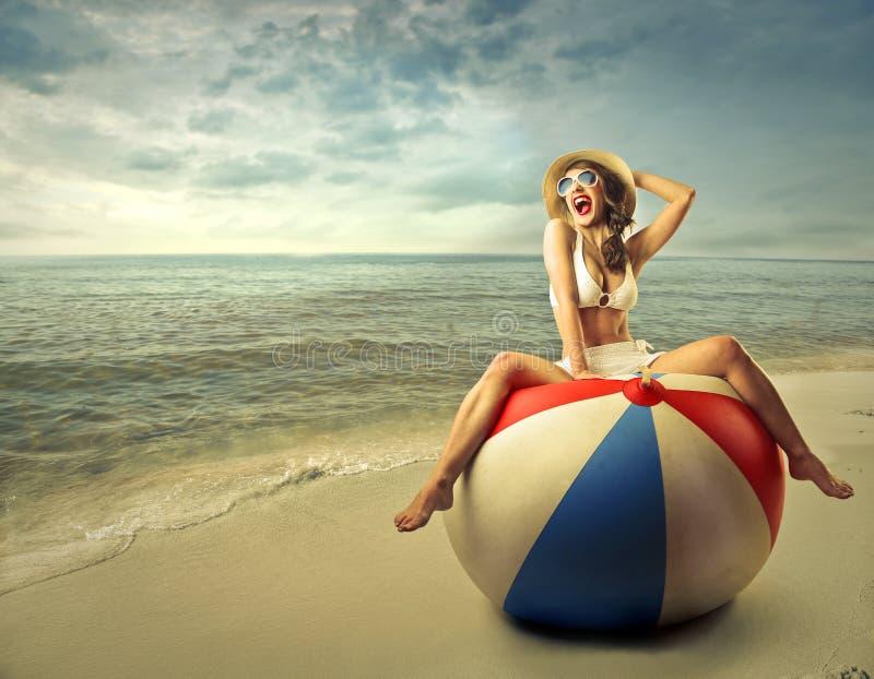 Gelukkige vrouw bij het strand royalty-vrije stock afbeelding