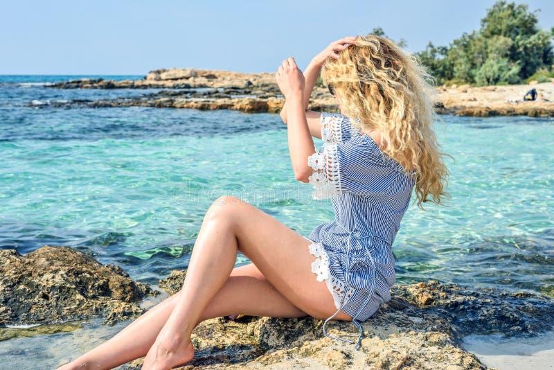 Gelukkige Vrouw bij het strand in Cyprus De mooie mening van de de zomerkust Het genieten van van zonnige dagen stock afbeeldingen