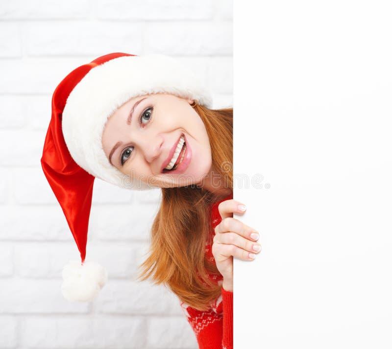 Gelukkige vrouw bij Kerstmis met lege lege witte affiche royalty-vrije stock afbeeldingen