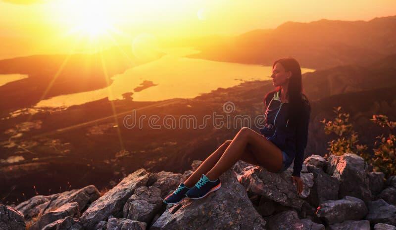 Gelukkige vrouw in de bergen stock foto