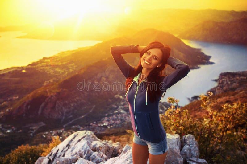 Gelukkige vrouw in de bergen stock afbeeldingen