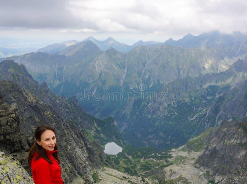 Gelukkige vrouw in de bergen royalty-vrije stock afbeelding