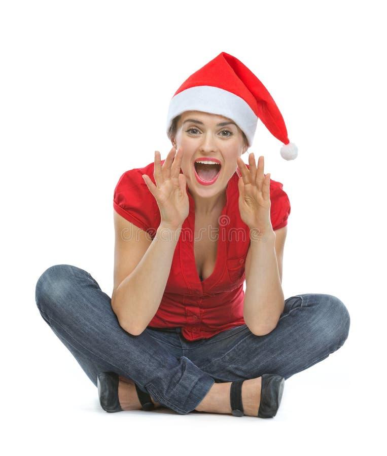 Gelukkige vrouw in de hoed van Kerstmis het schreeuwen royalty-vrije stock fotografie