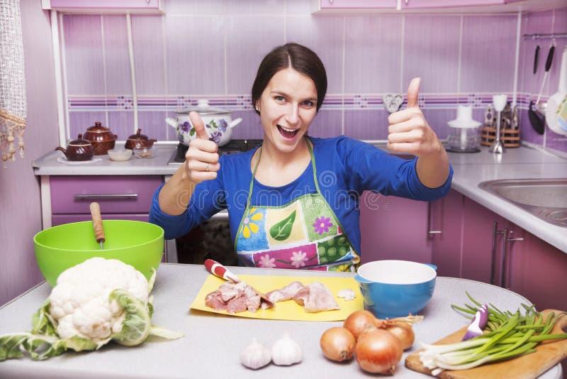 Gelukkige vrouw in de keuken stock foto