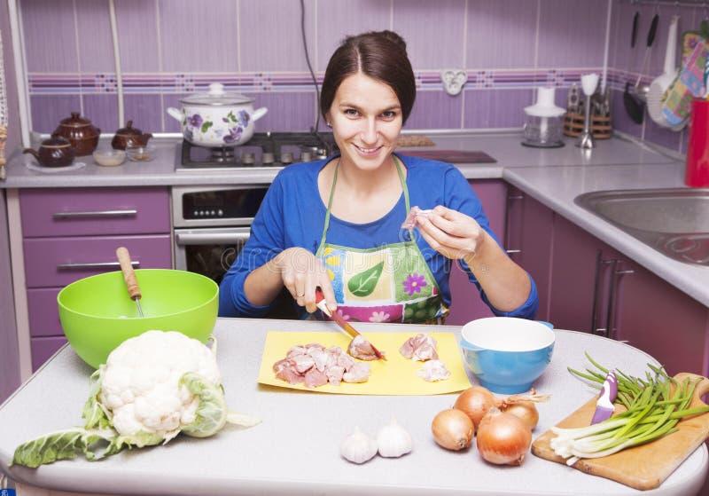 Gelukkige vrouw in de keuken stock afbeelding