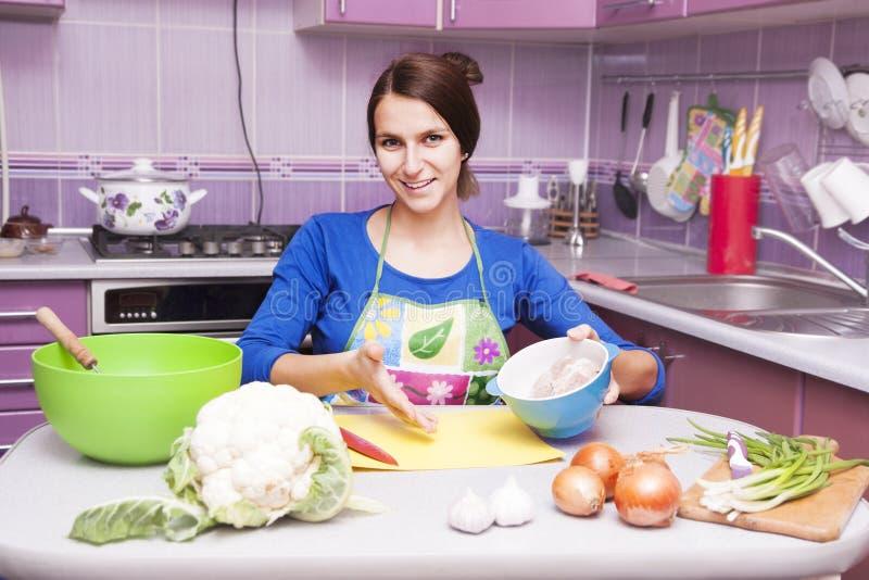 Gelukkige vrouw in de keuken royalty-vrije stock foto's