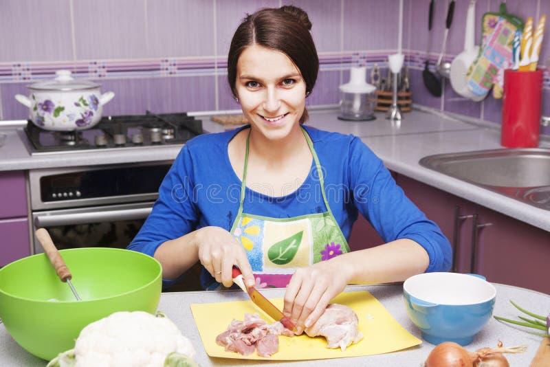 Gelukkige vrouw in de keuken stock fotografie