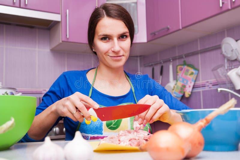 Gelukkige vrouw in de keuken royalty-vrije stock fotografie