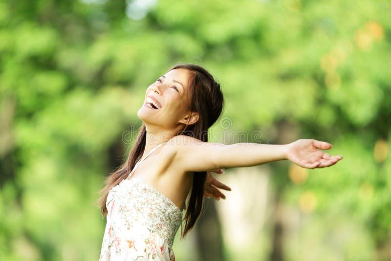 Gelukkige vrouw in de lente/de zomer royalty-vrije stock afbeeldingen