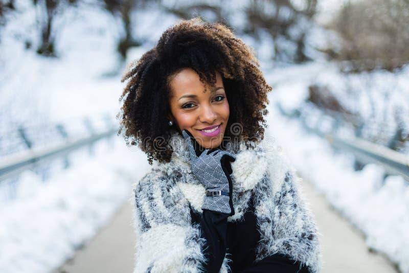 Gelukkige vrouw in de winter roadtrip stock foto