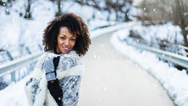 Gelukkige vrouw in de winter roadtrip stock fotografie
