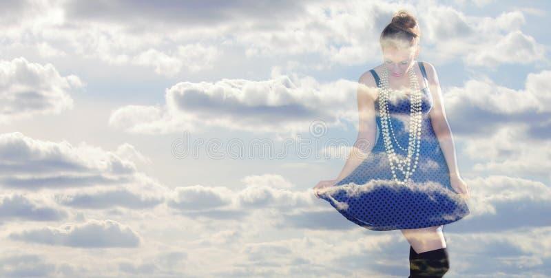 Gelukkige vrouw in de wolken stock foto