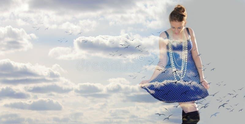 Gelukkige vrouw in de wolken royalty-vrije stock afbeeldingen