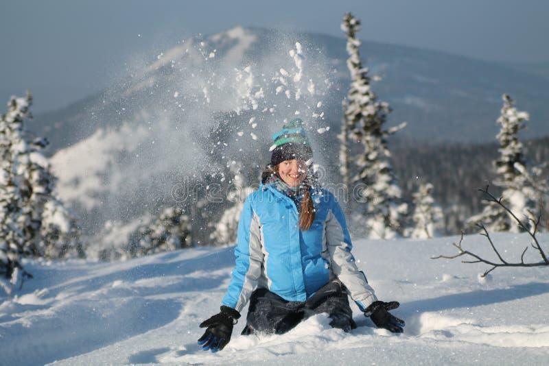 Gelukkige vrouw die bij de winterbergen springen, actieve vrouwelijke het genieten van aard, royalty-vrije stock afbeeldingen