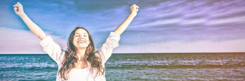 gelukkige vrouw die bij het strand glimlachen royalty-vrije stock afbeeldingen