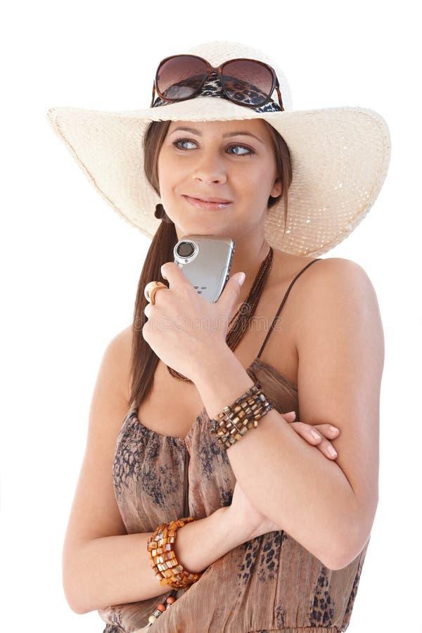 Gelukkige vrouw die bij vakantie glimlacht stock afbeeldingen