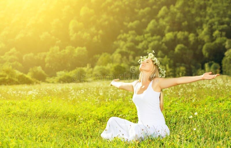 Gelukkige vrouw die in de kroon in openlucht zomer van het leven genieten royalty-vrije stock afbeeldingen