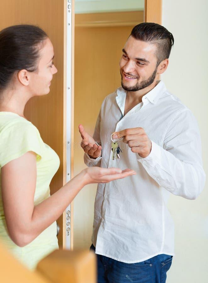 Gelukkige vrouw die de sleutels krijgen stock afbeeldingen