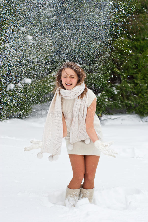 Gelukkige vrouw die de sneeuwwinter enjoing stock foto