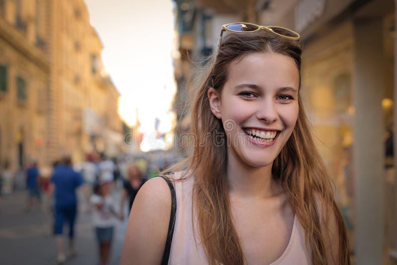 Gelukkige vrouw die in de straat lopen royalty-vrije stock fotografie