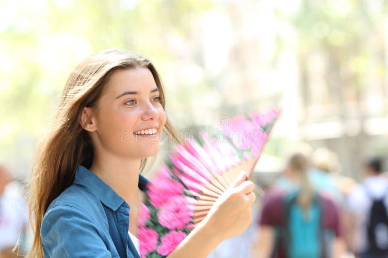 Gelukkige vrouw die in de straat waaien royalty-vrije stock afbeelding
