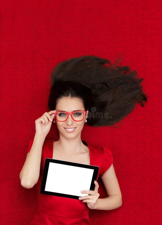 Gelukkige Vrouw die de Tablet van de Glazenholding dragen stock fotografie