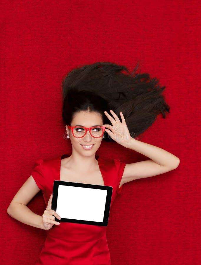 Gelukkige Vrouw die de Tablet van de Glazenholding dragen stock afbeeldingen