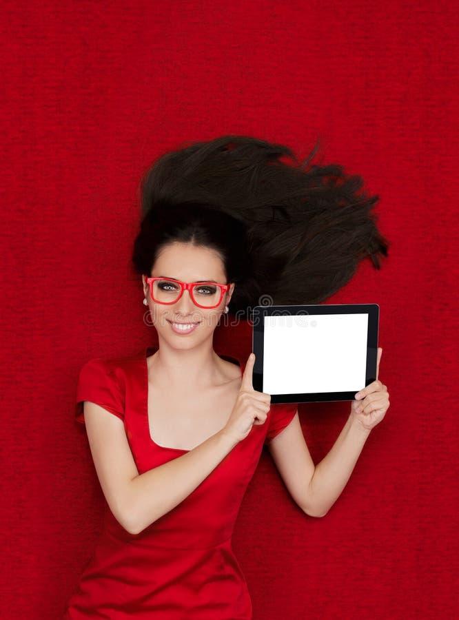 Gelukkige Vrouw die de Tablet van de Glazenholding dragen royalty-vrije stock afbeelding