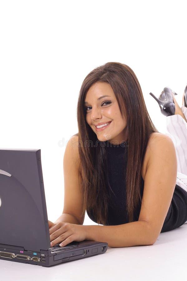 Gelukkige vrouw die e-mail controleert op laptop verticaal royalty-vrije stock afbeeldingen