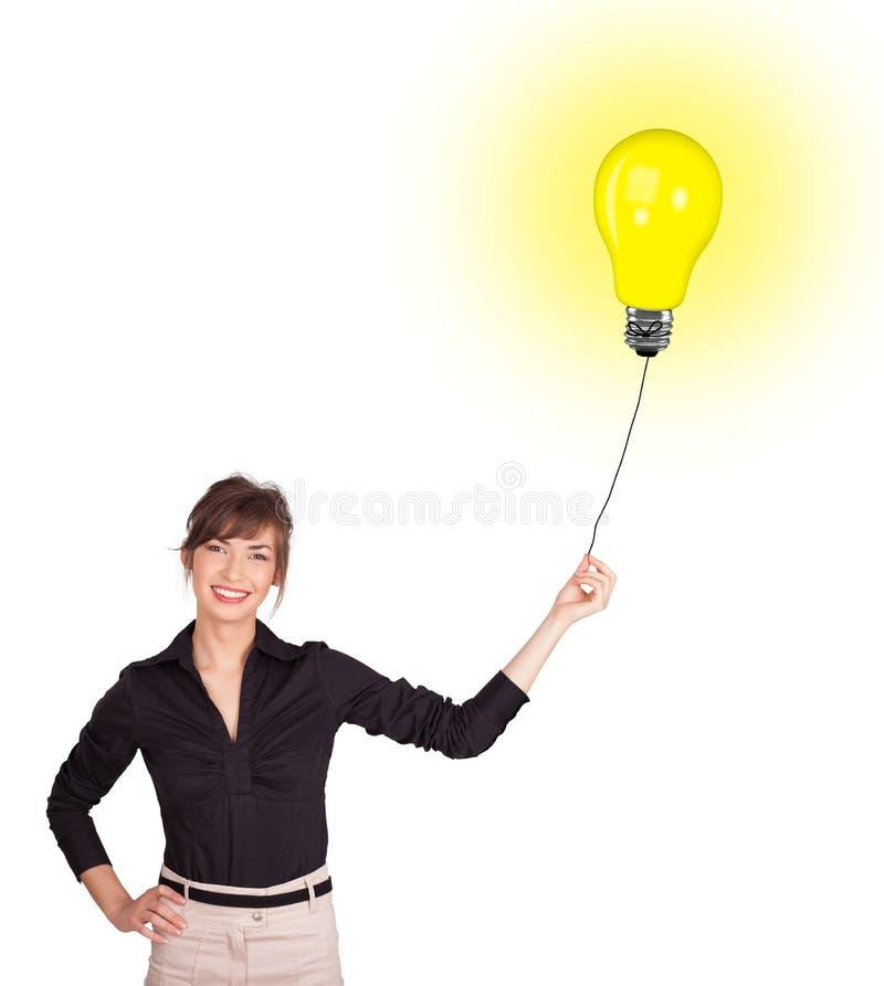 Download Gelukkige Vrouw Die Een Gloeilampenballon Houden Stock Afbeelding - Afbeelding bestaande uit aantrekkelijk, ballon: 39100661