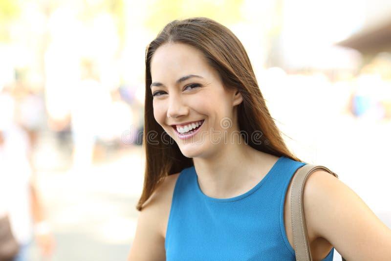 Gelukkige vrouw die en u lachen bekijken stock foto