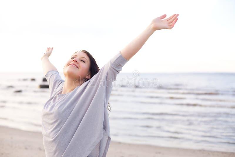 Gelukkige Vrouw die Haar Wapens uitrekt om van Aard te genieten stock fotografie
