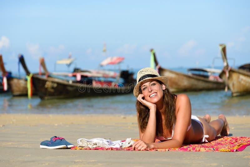 Gelukkige vrouw die het strand van vakantie van Thailand in Krrabi genieten stock foto's