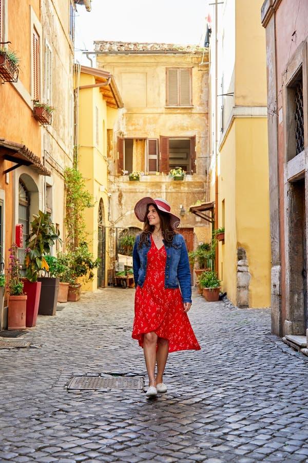 Gelukkige vrouw die in kleding op oude straat van Rome lopen stock afbeeldingen