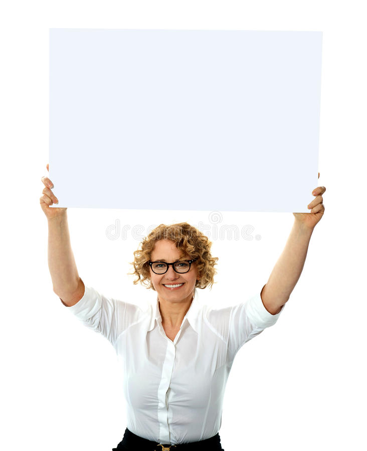 Gelukkige vrouw die leeg aanplakbord houdt stock foto