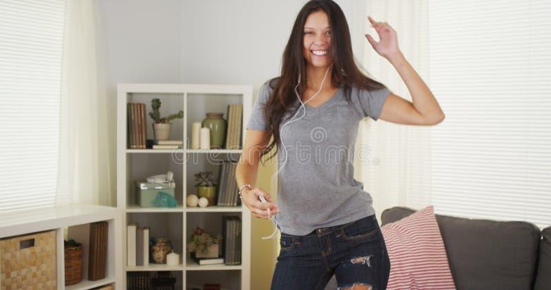 Gelukkige vrouw die met haar mp3 speler dansen stock afbeeldingen