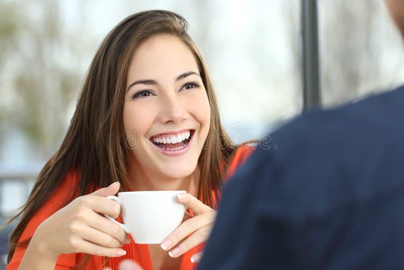 Gelukkige vrouw die met perfecte glimlach dateren stock afbeeldingen