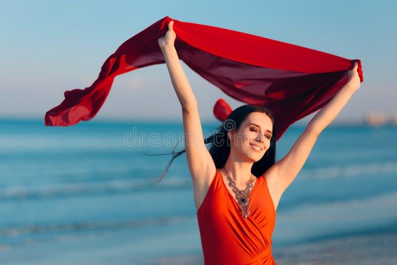 Gelukkige Vrouw die op het Strand in Zonsonderganglicht dansen royalty-vrije stock afbeeldingen
