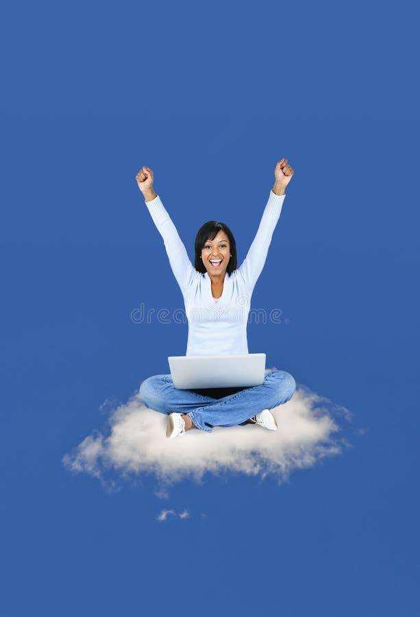 Gelukkige vrouw die op wolk gegevens verwerkt royalty-vrije stock afbeelding