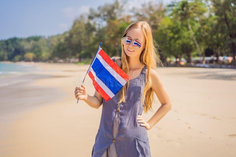 Gelukkige vrouw die pret hebben bij het strand met de vlag van Thailand Mooi meisje die van reis genieten aan Azi? royalty-vrije stock foto