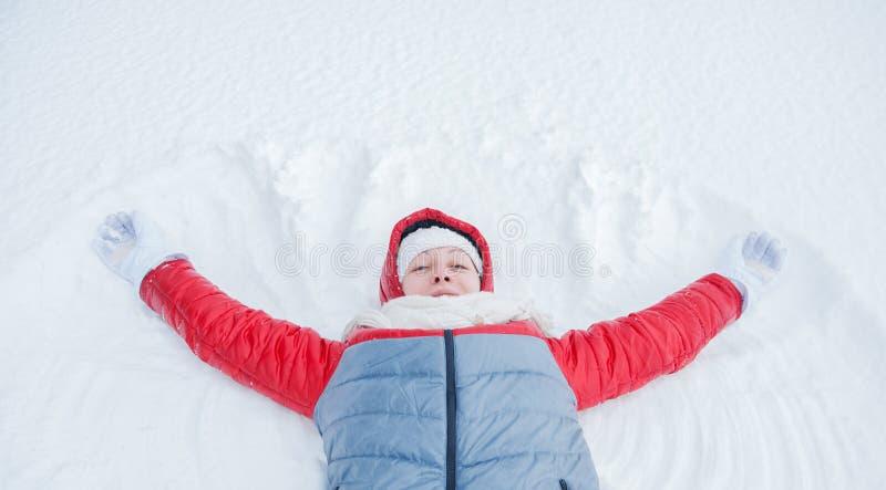 Gelukkige vrouw die pret op sneeuw in de winter hebben royalty-vrije stock fotografie