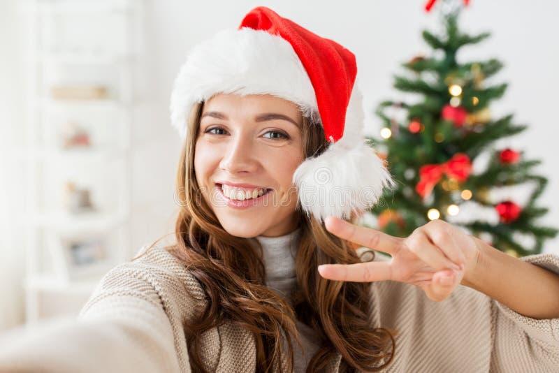 Gelukkige vrouw die selfie over Kerstmisboom nemen royalty-vrije stock fotografie