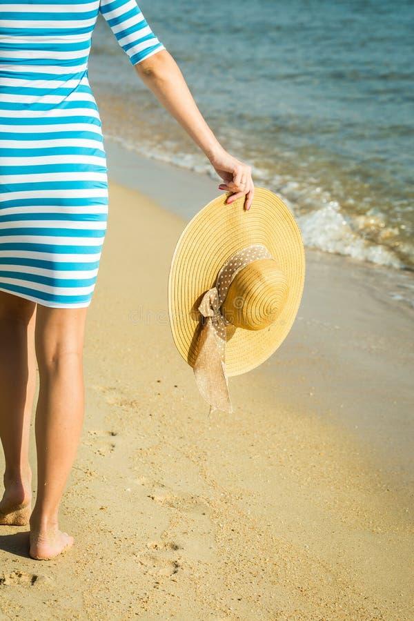Gelukkige vrouw die strand van ontspannen genieten blij in de zomer door tropisch stock foto's