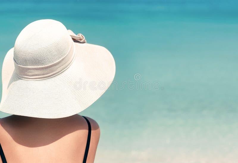 Gelukkige vrouw die strand van ontspannen genieten blij in de zomer door tropisch blauw water Mooi bikinimodel gelukkig op reis d stock fotografie