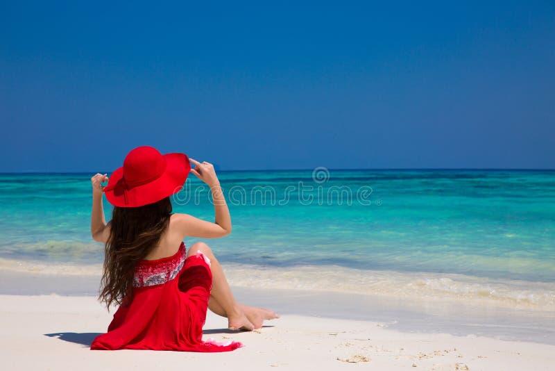 Gelukkige vrouw die strand van ontspannen genieten blij op wit zand in samenvatting stock foto