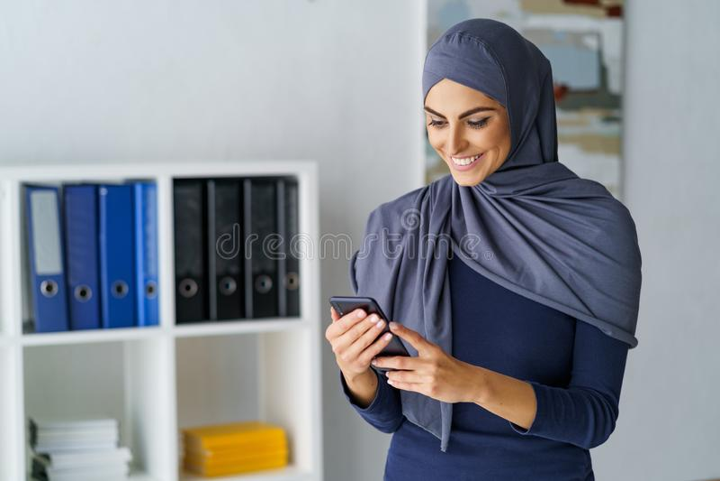 Gelukkige vrouw die telefoon bekijken royalty-vrije stock afbeelding