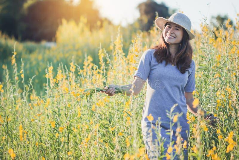 Gelukkige vrouw die van aard genieten stock foto