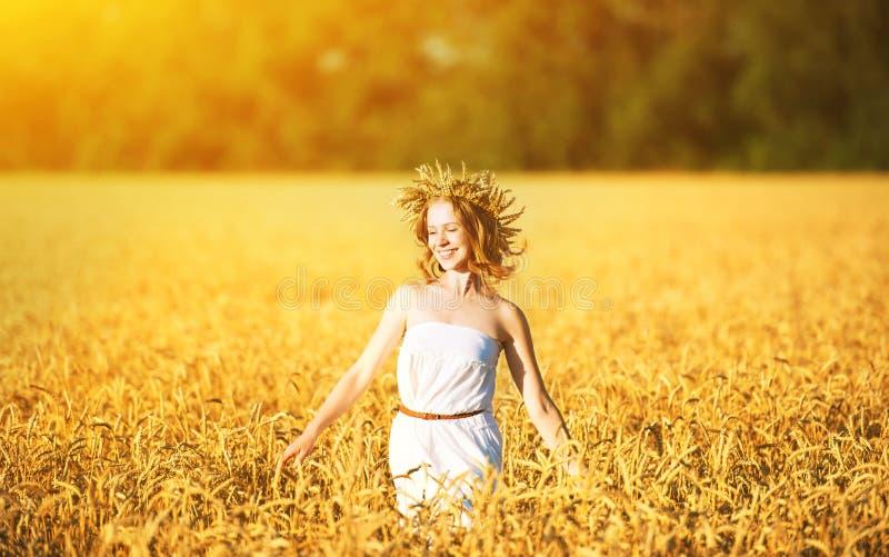 Gelukkige vrouw die van de zomer in openlucht in tarwe genieten royalty-vrije stock afbeeldingen