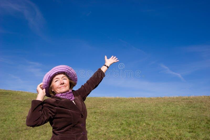 Gelukkige vrouw die van het leven geniet:) stock afbeeldingen