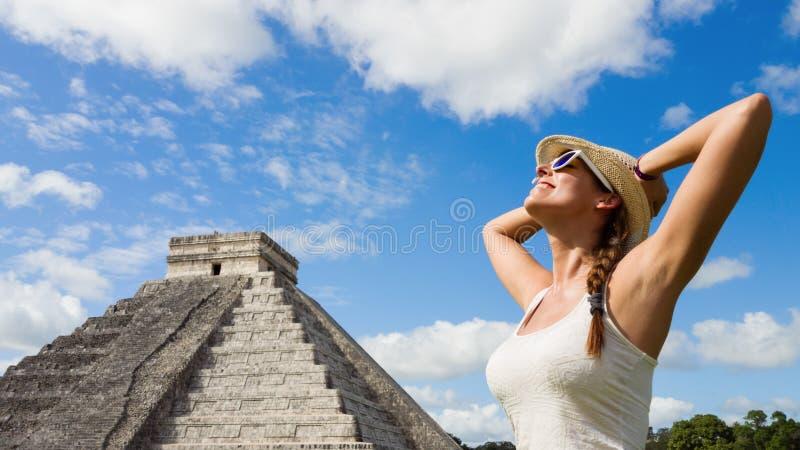 Gelukkige vrouw die van mayan de ruïnestoerisme genieten van Chichen Itza royalty-vrije stock foto